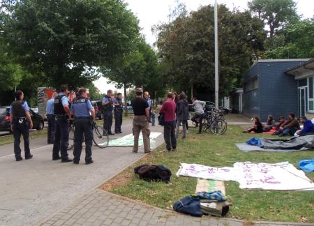 Protest Geflüchteter vor Jahn-Sprthalle