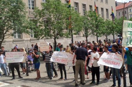Geflüchtete protestieren vor Rathaus Neukölln